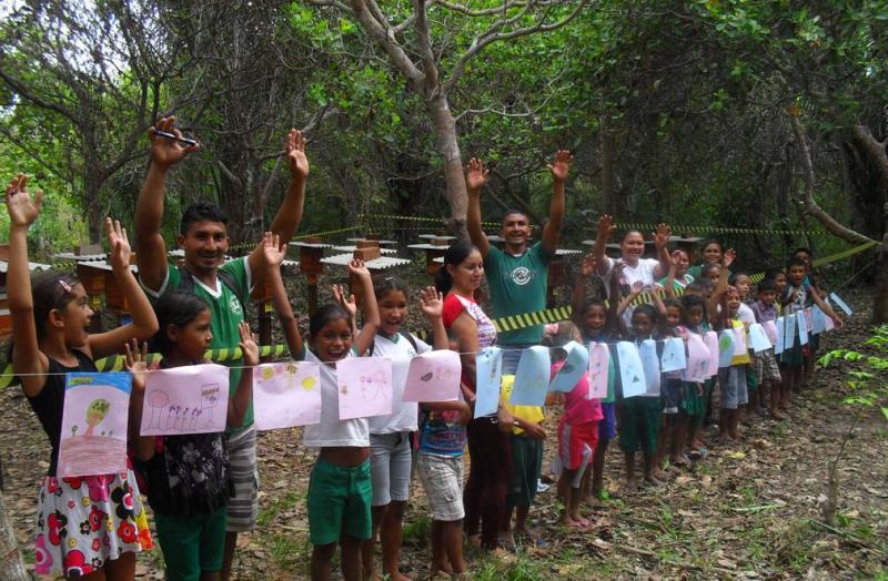 Crianças de escola local visitam meliponário do projeto depois de palestra sobre o tema. Almeirim, PA. Dez. 2014