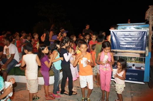 Espectadores em exibição do documentário em Gurupá, no Marajó