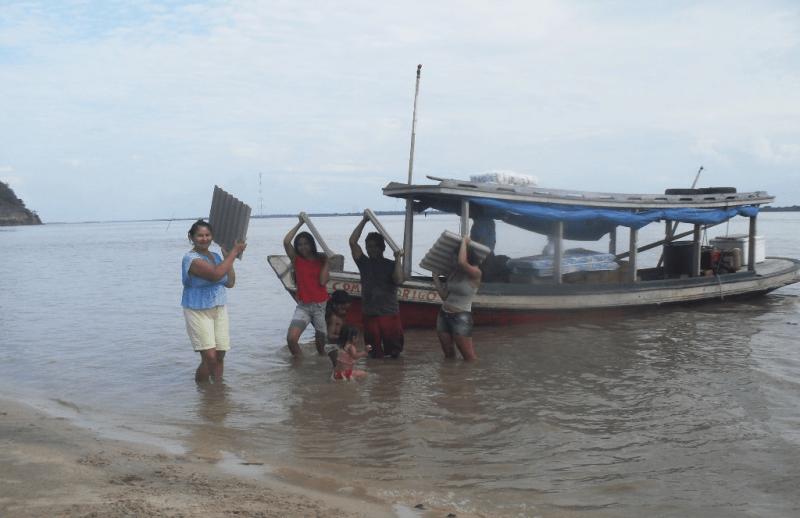 materiais e insumos para os meliponários chegando a comunidade isolada com a ajuda de beneficiários. Praia Verde, Almeirim, PA.