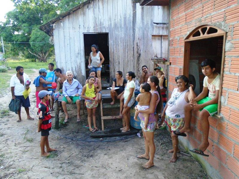 momento de preparação da comunidade de Lago Branco (Almeirim, PA) para realizar oficina de meliponicultura. Maio 2016