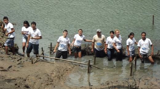 Agentes Ambientais visitam criação de ostras no mangue