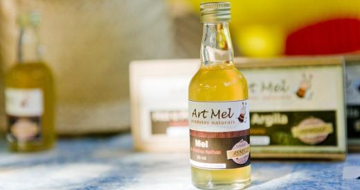 A Asmelc produz mel de abelhas nativas sem ferrão e cosméticos com base no produto