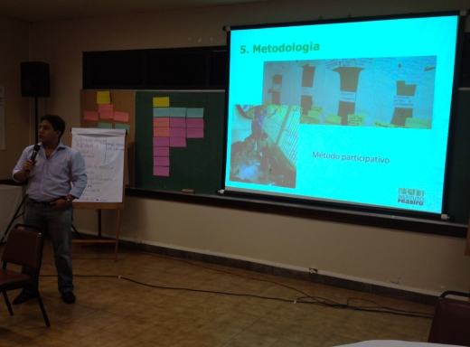 Gerente financeiro do Instituto Peabiru, Francinaldo Jr., apresenta a instituição para participantes do seminário