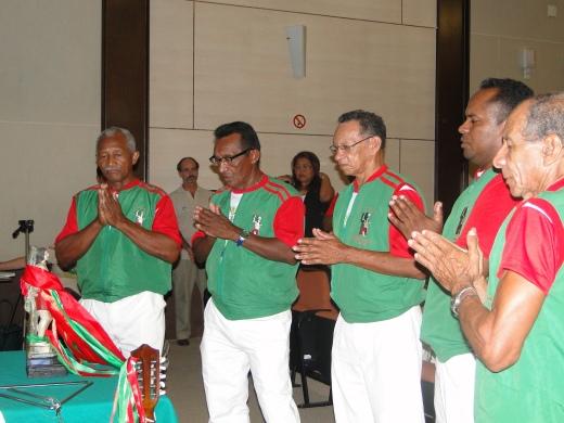 Representantes da Irmandade de Devotos do Glorioso São Sebastião de Cachoeira do Arari rezam ladainhas durante Dia do Marajó, em Belém (Foto: Arquivo Instituto Peabiru)