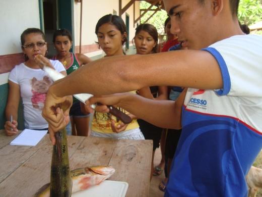 Comunitários acompanham preparação de pratos tradicionais da região
