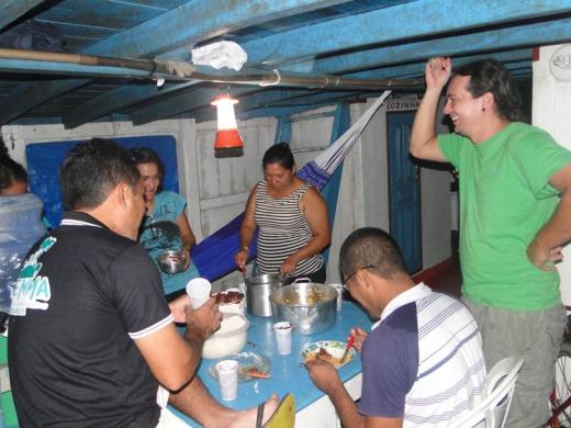 Utilização de lanternas que utilizam energia solar durante o jantar