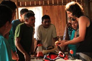 Seu Miguel, à esquerda, diz que lanternas ajudam nas tarefas do dia a dia.