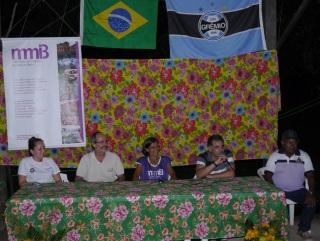 Representantes do Instituto Peabiru, Phillips, MMIB e demais parceiros durante inauguração do campo. (foto: Eric Stoner)