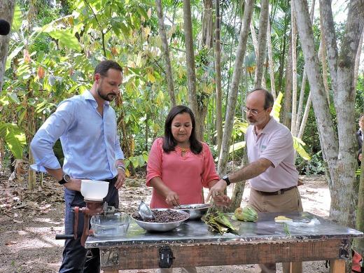 Dona Nena explica para o Príncipe Haakon Magnus como é produzido o chocolate 100% cacau. Foto: Ana Gabriela Fontoura