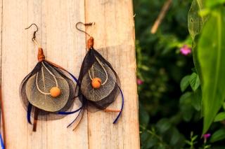Brinco de conchinha. Feito de fitilho, palha da costa, folha de ajirú e semente de açaí. Uma das peças a venda. Foto: Rafael Araújo.