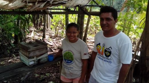 A técnica agrícola Josiane Rodrigues Morais, do Rio Canaticu e Márcio Barreiros Santos com caixa de abelhas nativas.